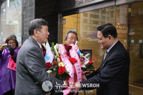 45.북측 자성남 대사에게  '평화와 통일의 꽃바구니' 를 전달.jpg
