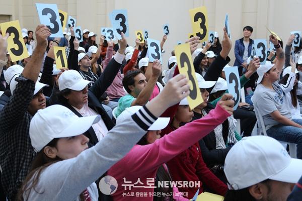 정답 행렬을 이어가는 참가자들.jpg