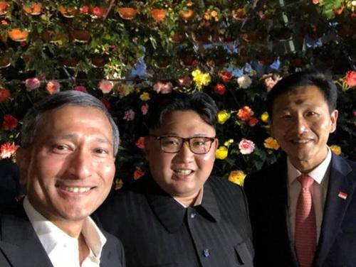 비비안 발라크리슈난 싱가포르 외무장관(왼쪽)이 10일 김정은 북한 국무위원장과 가든스 바이 더 베이에서 촬영해 트위터에 올린 사진.jpg