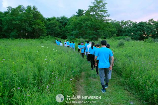 10. 첫날 오후 7시 묵언 행선 Silent Walking Zen - Dathane 교무님 인도 (9).jpg