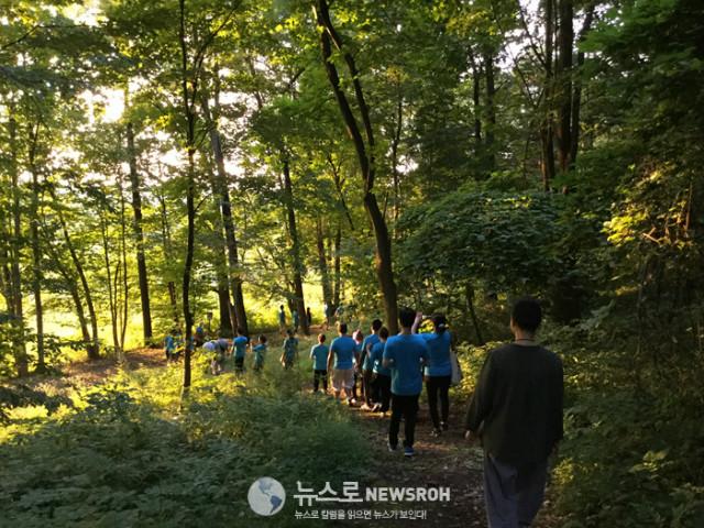 10. 첫날 오후 7시 묵언 행선 Silent Walking Zen - Dathane 교무님 인도 (16).jpg