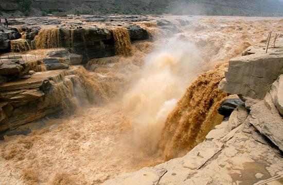 800px-Hukou_Waterfall.jpg