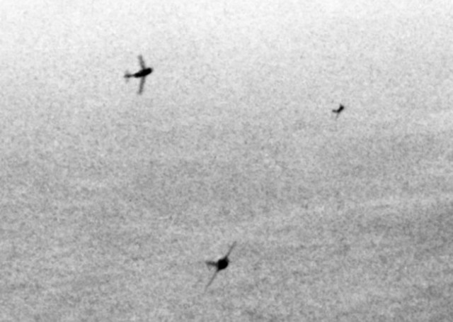 800px-MiG-15s_curving_to_attack_B-29s_over_Korea_c1951.jpg