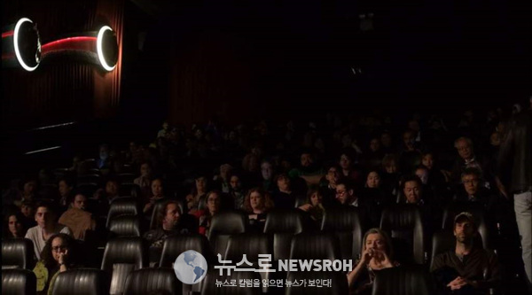 영화개막작 관람객들.jpg