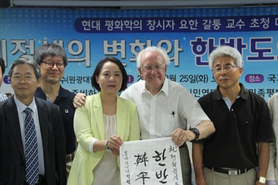 2015년 8월 25일 국가인권위원회에서 열린 대담회에서 요한 갈퉁교수와 이재봉 교수.jpg