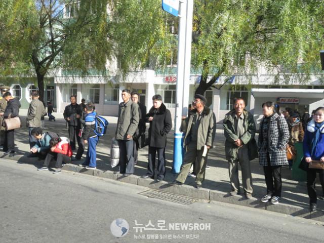 밝은 표정의 평양시민들 버스정류장에서.jpg