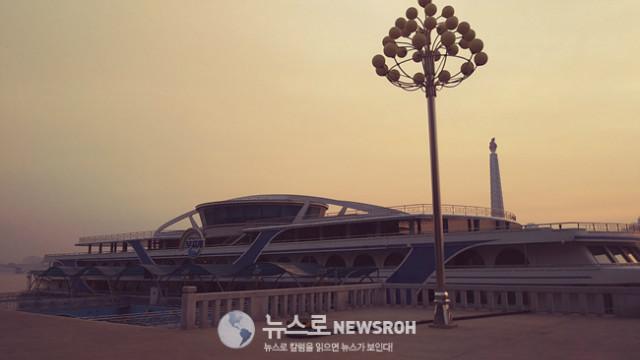 대동강변 초대형유람선 무지개호 11.15 아침.jpg