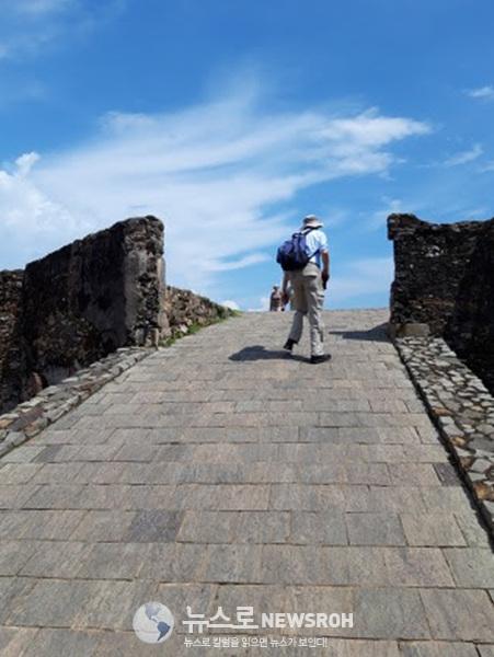 6전화위복 스리랑카 갈레에서 낮은 언덕을 힘들게 걸어 올라가는  힘들고 외로워 보이는 여행자의 뒷 모습 나의 데쟈뷔를 보는것 같았다.jpg