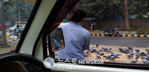 2 인도 델리에서 아침 일찍 공항으로 가기 위해 택시를 탔었다..jpg