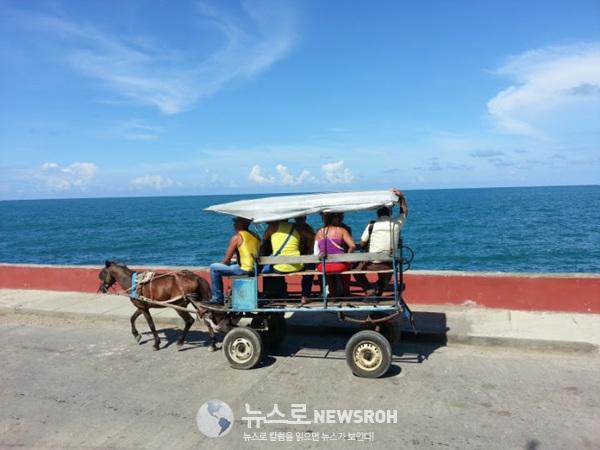쿠바의 맨 동쪽 작은 해변 도시 바라코아 방파제 길을 역마차가 달리는 모습이 너무 평화로워 보였다..jpg