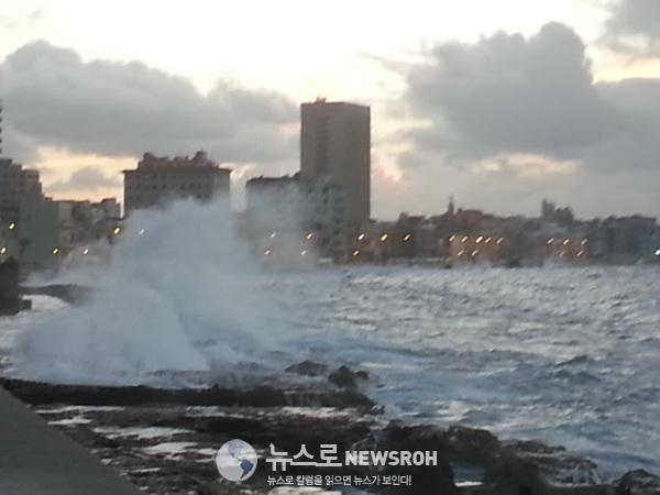 쿠바 아바나의 말레콩에 폭풍이 몰아치던 날 성난 파도가 큰 길 건너편까지 덮쳤다..jpg