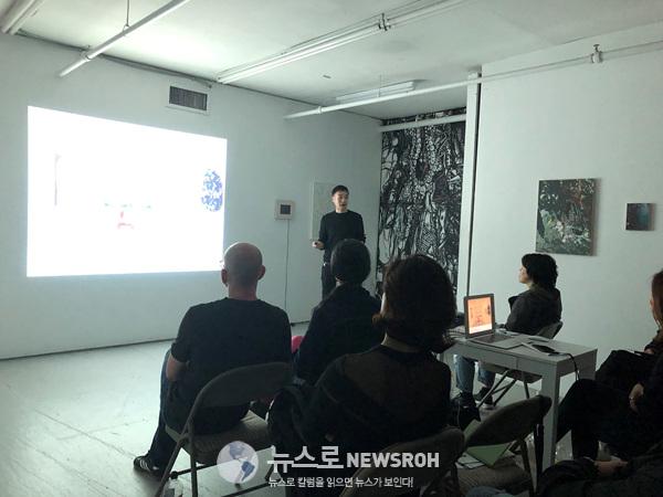 2 이현수 작가가 알포럼 참가자들에게 최근작에 대해 설명하고 있다.jpg