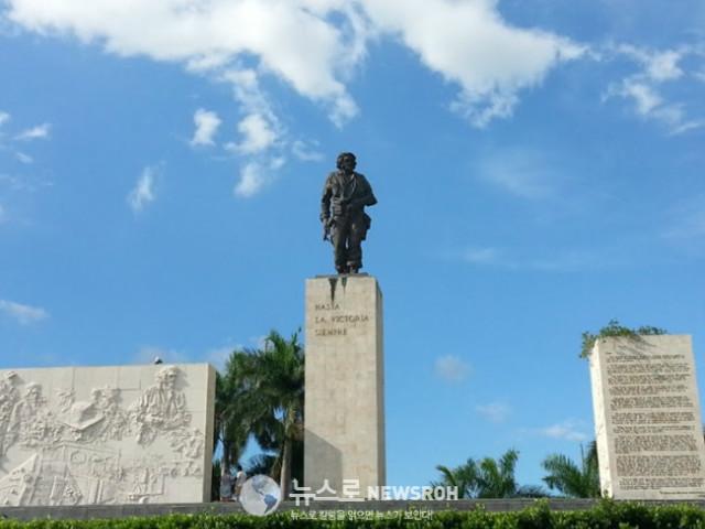 5 산타 클라라에 있는 체 게바라 광장의 동상. 수도 아바나의 혁명 광장에 있는 체 게바라 조형물이 제일.jpg