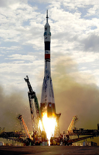 800px-Soyuz_TMA-2_launch.jpg