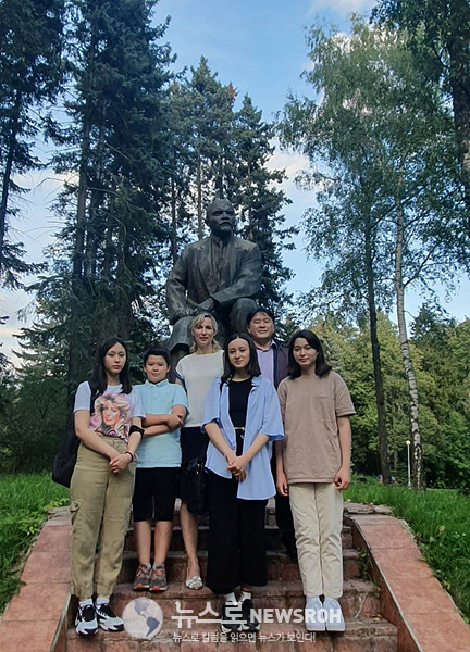 지난 여름 레닌스키예 고리키(레닌이 말년에 살다가 별세한)에서 가족과.jpg