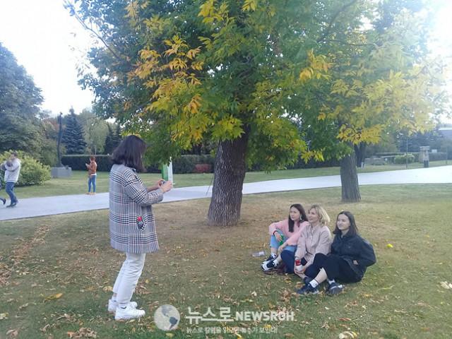 지난 가을 공원에서 아내와 딸들.jpg