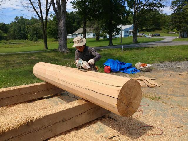목재 작업에 한창인 원각사 대목.jpg