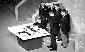 샌프란시스코 강화 조약에 서명하는 요시다 시게루 총리 및 이케다 하야토, 도마베치 기조, 호시시마 니조, 도쿠가와 무네요시, 이치마타 히사토.jpg
