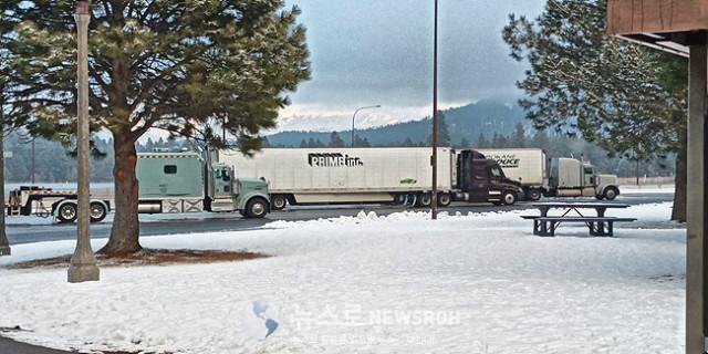 122719 눈 내리는 Snoqualmie 고개를 무사히 넘었다. 인디안John Hill.jpg