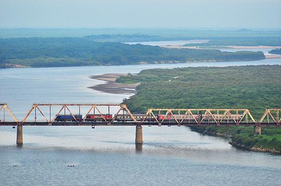 1024px-国际客运列车在图们江铁路桥上行驶,离开朝鲜进入俄罗斯_-_panoramio.jpg