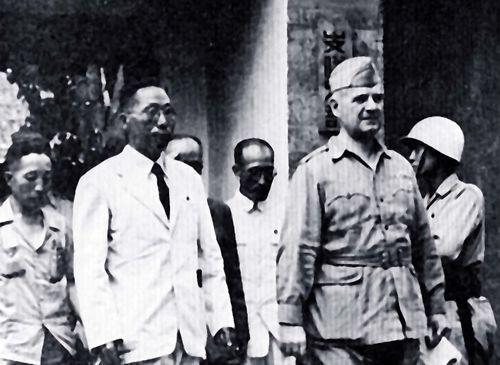 1945년 8월 미국 육군 소장 도노반과 면담한 김구 주석.jpg