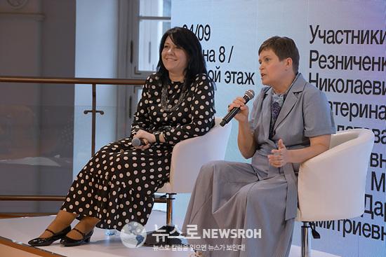 행사진행하는 에카테리나 포홀코바교수와 마리아 살다토바 교수.jpg