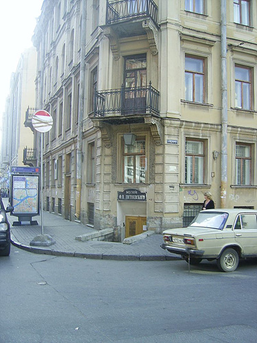 800px-Dostoevsky_museum_Saint-Petersburg.jpg